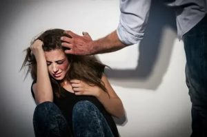 Бывший муж бьет и угрожает