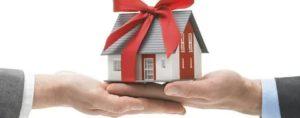Что выгоднее подарить землю родственнику или прдать